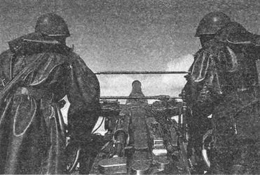 Орудие эсминца «Куйбышев» готовится открыть огонь.