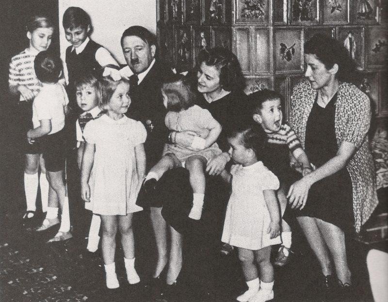 Подобных фотографий, где «отец нации» с детьми, у Гитлера «нащелкали» сотни.
