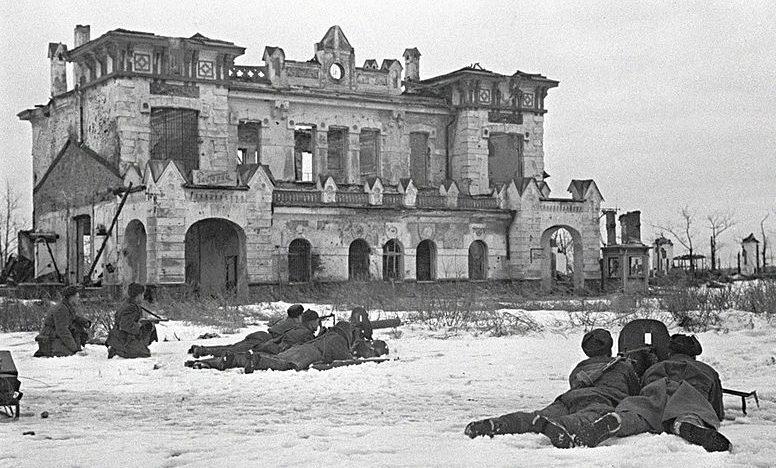 Советские солдаты ведут бой в городе Пушкине.