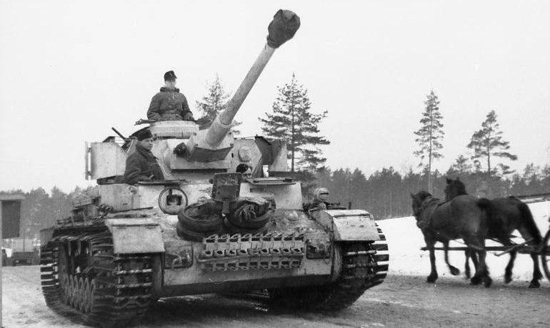 Немецкий танк PzKpfw IV выдвигается на позиции под Ленинградом.