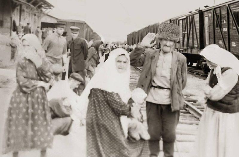 На вокзале. Жители села Юрт-Аух возвращаются на родину. Фрунзе, 1957 г.