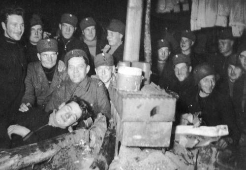 Финские солдаты в палатке во время фортификационных работ перед началом Зимней войны. 1939 г.