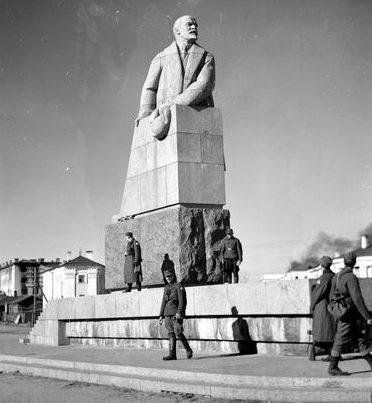 Финские солдаты у памятника В.И. Ленину в оккупированном городе Петрозаводске. 1941 г.