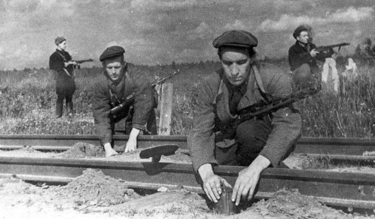 Партизаны готовят к подрыву участок железной дороги.