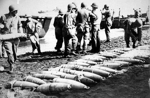 Разгрузка снарядов 155-мм калибра на Гуадалканале. Октябрь 1942 г.