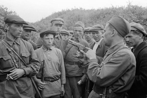 Командир партизанского отряда знакомит бойцов с оружием. Смоленская область. Август 1941 г.