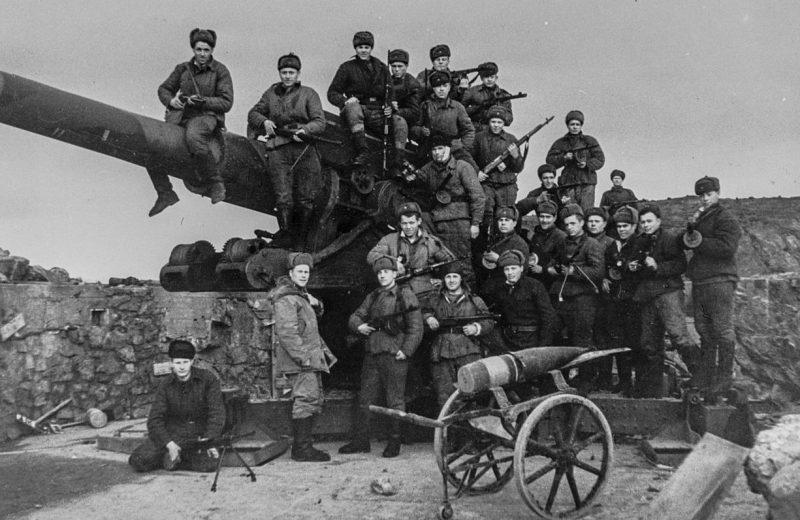 Советские морские пехотинцы на захваченной немецкой береговой батарее в Лиинахамари.