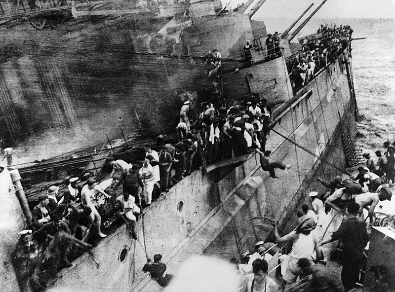 Линкор «Принц Уэльский», подбитый японской авиацией.