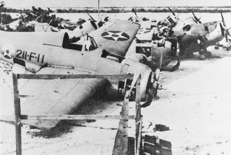 Обломки американских истребителей после японской бомбардировки.