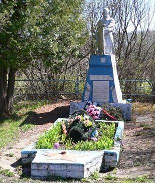 д. Батюшково Темкинского р-на. Памятник, установленный на братской могиле, в которой похоронено 1740 советских воинов.