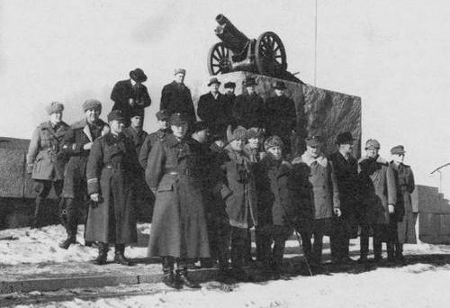 Финны сменили памятник Ленина на пушку. Петрозаводск, 1941 г.