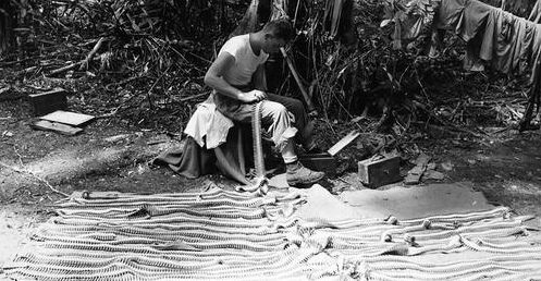 Снаряжение пулеметных лент на Гуадалканале. Декабрь 1942 г.