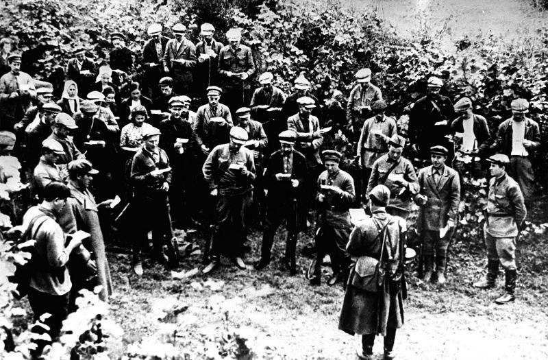 Партизаны дают клятву. Август 1941 г.