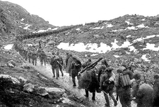 Бойцы 12-й бригады морской пехоты на марше через хребет Мустатунтури.