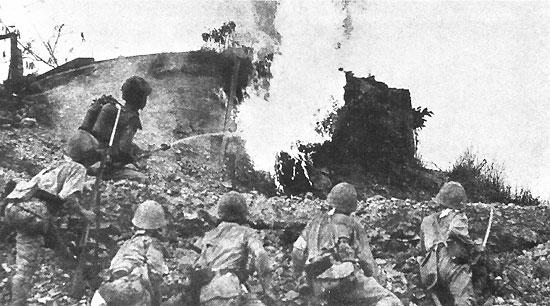 Японские огнеметчики на Батане.