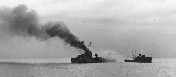 Буксир помогает тушить пожар на эсминце «Ламсон» в бухте Омрок.