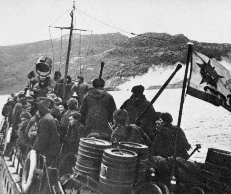 Десантники перед высадкой в Лиинахамари.