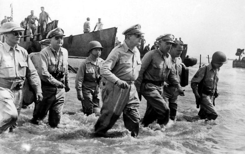 Генерал Дуглас Макартур со свитой на пляже Пало, Лейте. 20 октября 1944 г.