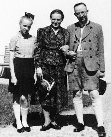 Гиммлер с женой Маргарет и дочерью Гудрун.