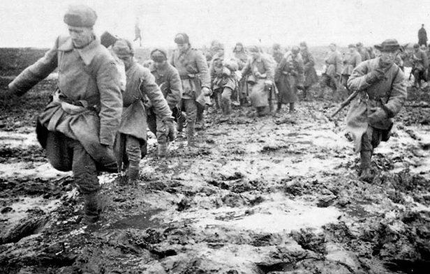 Советская пехота на подступах к Кривому Рогу.