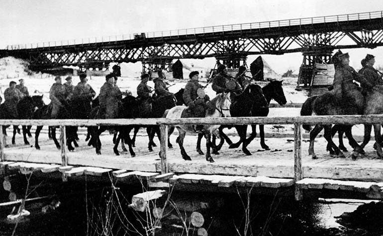 Партизаны пересекают реку Случь.