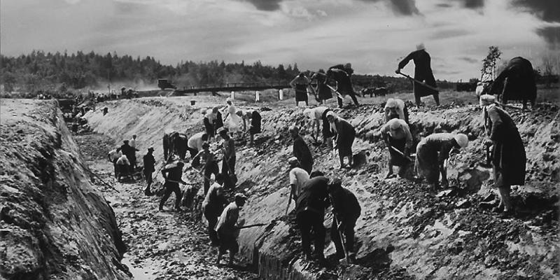 Сооружение противотанкового рва на подступах к городу. 1941 г.