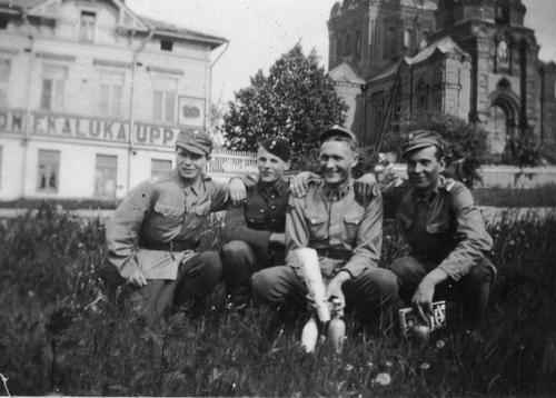 Солдаты в отпуске в Янислинне. 1941 г.