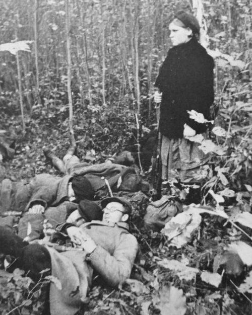 Партизанка охраняет сон бойцов партизанского отряда. Сентябрь 1941 г.
