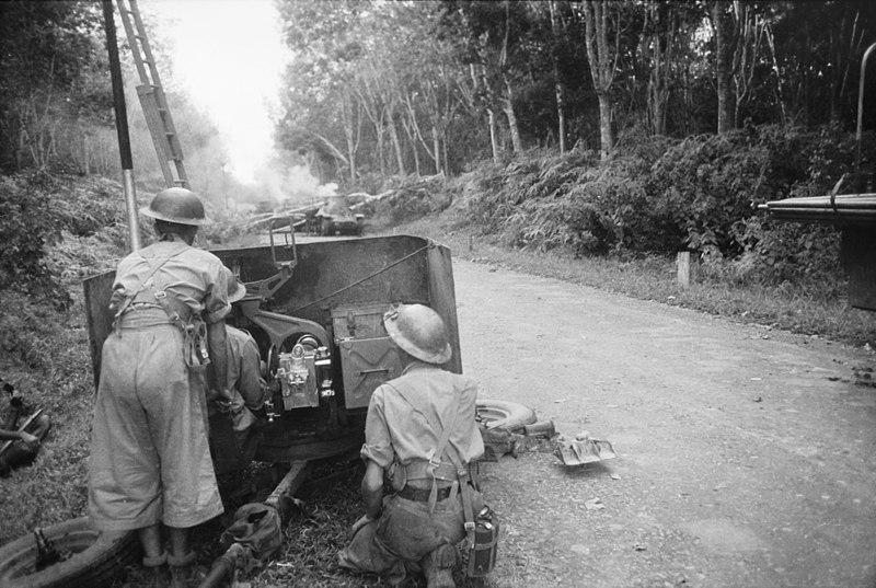 Австралийские артиллеристы ведут огонь по наступающим японским войскам.