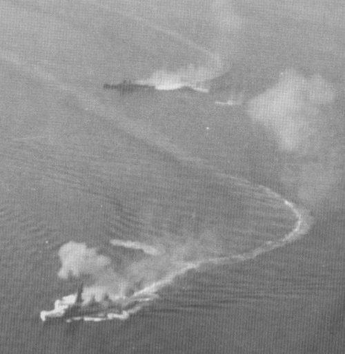 Линкор «Фусо» и крейсер «Могами» под воздушной атакой в проливе Суригао.