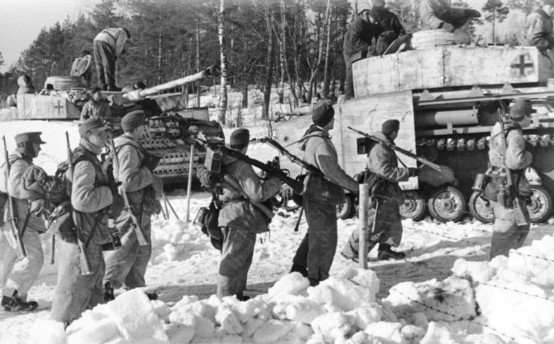 Немецкие солдаты сосредотачиваются перед атакой.
