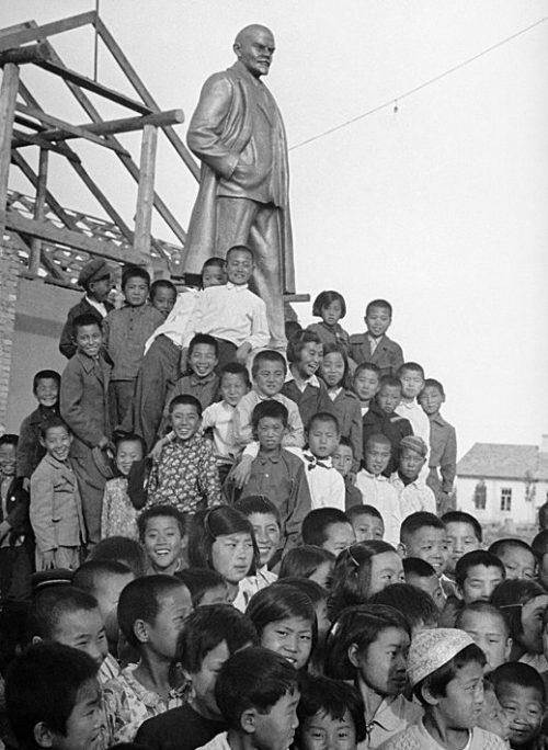 Корейские дети у памятника Ленину. Узбекистан 1938-1939 год.