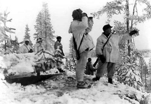 Финские солдаты наблюдают за маневрами Красной Армии по другую сторону границы. Ноябрь 1939 г.