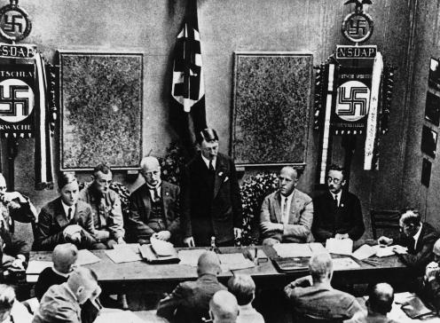 Съезд партии по случаю воссоздания NSDAP. На стене позади Гитлера висит флаг крови. Февраль 1925 г.