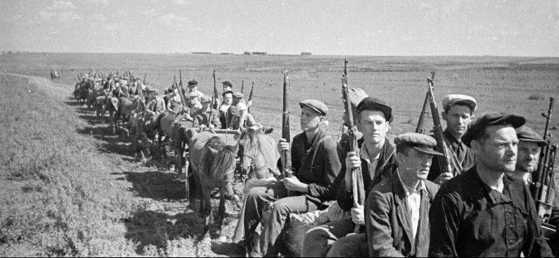 Партизаны на конных подводах выдвигаются на задание. 1941 г.