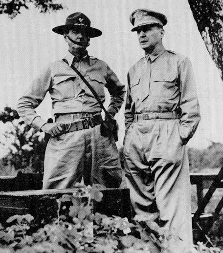 Генералы Уэйнрайт и Макартур (справа).
