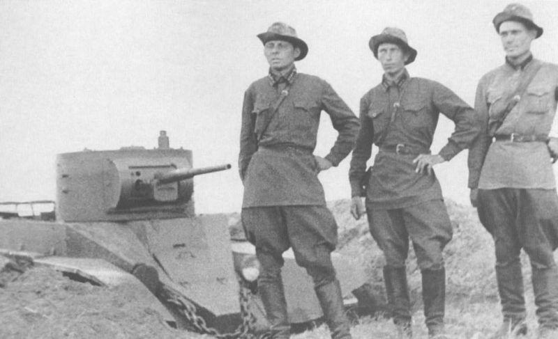 Танкисты 11-й танковой бригады у танка БТ-5 на Халхин-Голе. 1939 г.