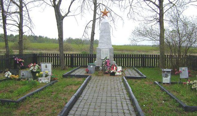 д. Бурково Темкинского р-на. Памятник, установленный на братской могиле, в которой похоронено 704 советских воина.