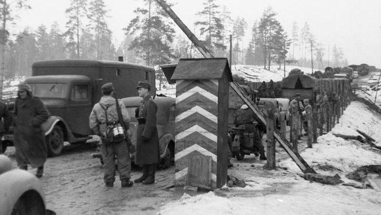 Одна из дорог между Финским заливом и озером Ильмень во время отступления немецких войск.
