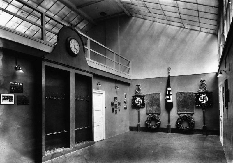 Внутренний вид Почетного зала NSDAP на Шеллингштрассе 50 в Мюнхене, где хранилось Знамя крови.