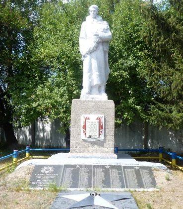 с. Красногоровка Великобагачанского р-на. Памятник землякам, погибшим в годы войны.