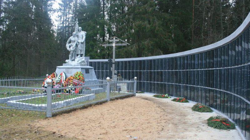 д. Васильевское Темкинского р-на. Мемориал, установленный в 2010 году на братской могиле, в которой захоронено 2023 советских воина.