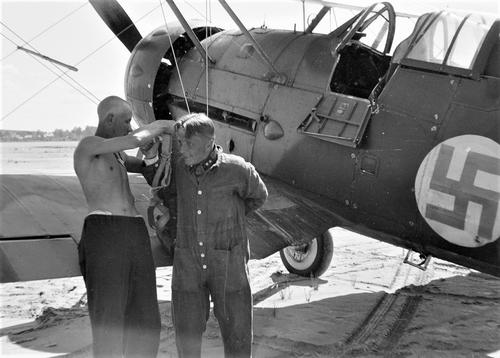 Подготовка к полету финского летчика. 1941 г.