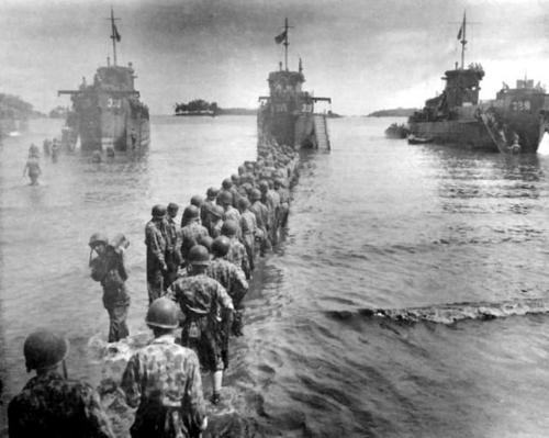 Американские войска выгружают грузы с судов LCI, Рендова. Июль 1943 г.
