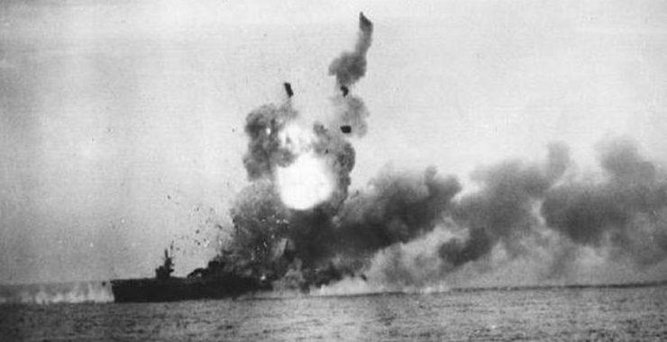 Взрыв авианосца «Сент-Ло» после атаки самолёта-камикадзе.