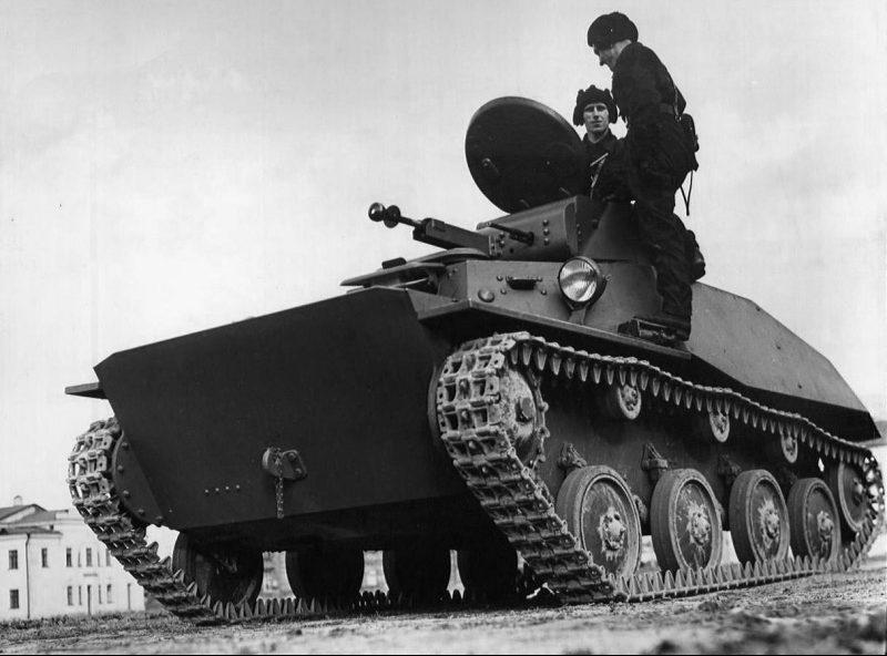 Малый танк Т-40 с экипажем. 1939 г.