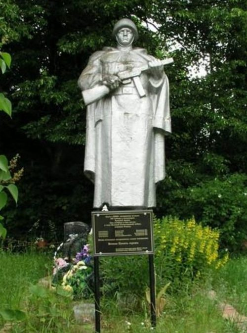 д. Вязищи Темкинского р-на. Памятник, установленный на братской могиле, в которой захоронено 900 советских воинов.