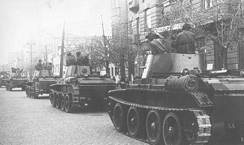 Танки БТ-7 24-й танковой бригады входят в город Львов. Сентябрь 1939 г.