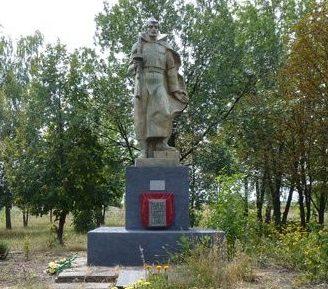 с. Подол Великобагачанского р-на. Памятник погибшим односельчанам.
