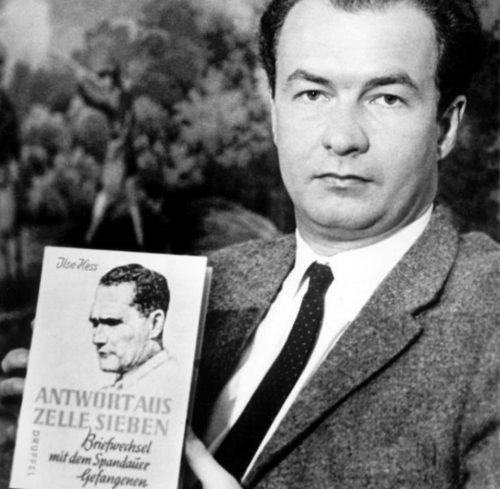 Вольф Рюдигер Гесс с одной из книг об отце.
